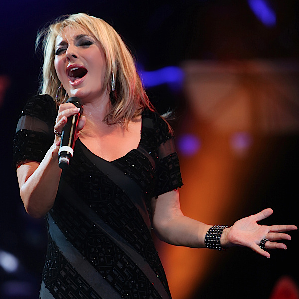 Googoosh - 'Gharibeh Ashena (Live)'